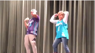 Ez az anya-fia táncperformansz őrült nagyot megy