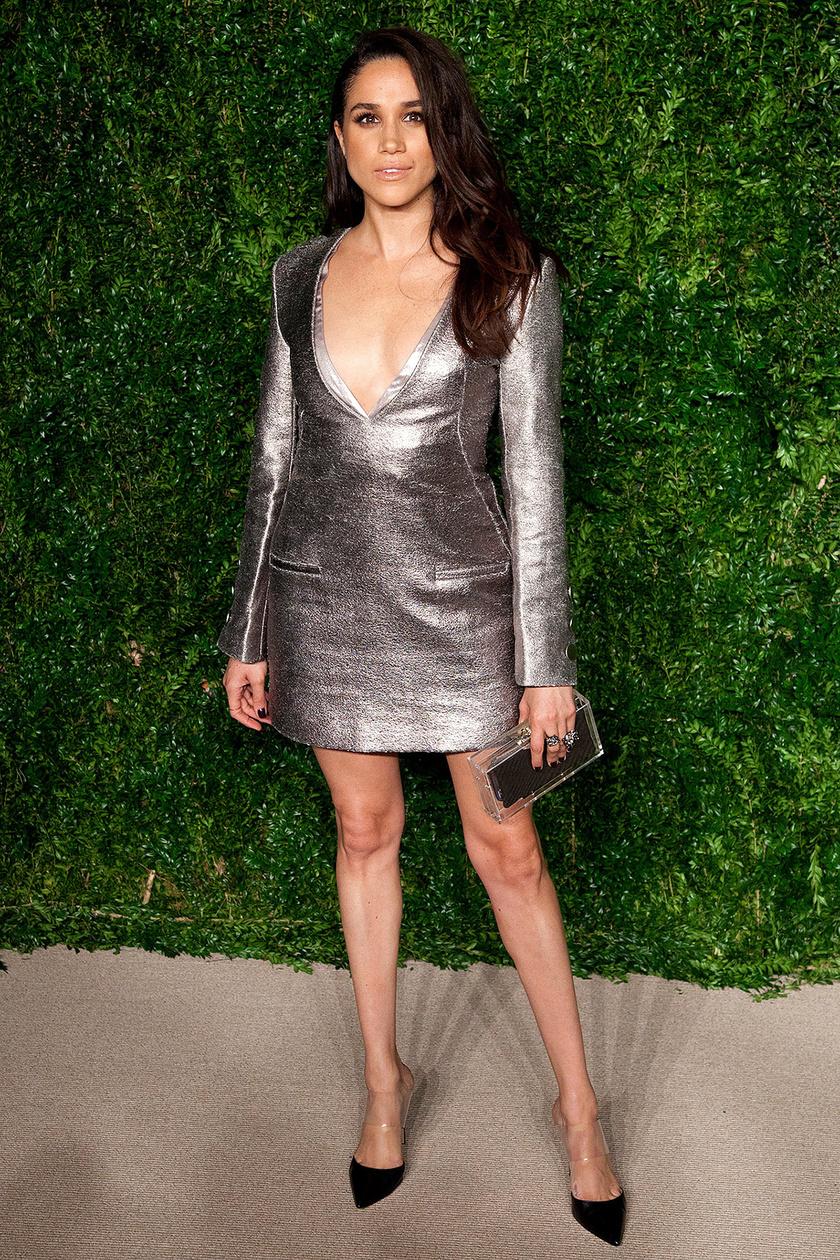 Meghan a Vogue partijára érkezett ebben az ezüst miniruhában, amit biztosan nem vehet fel többet - nemcsak túl rövid, hanem még a dekoltázsából is sokat mutat.