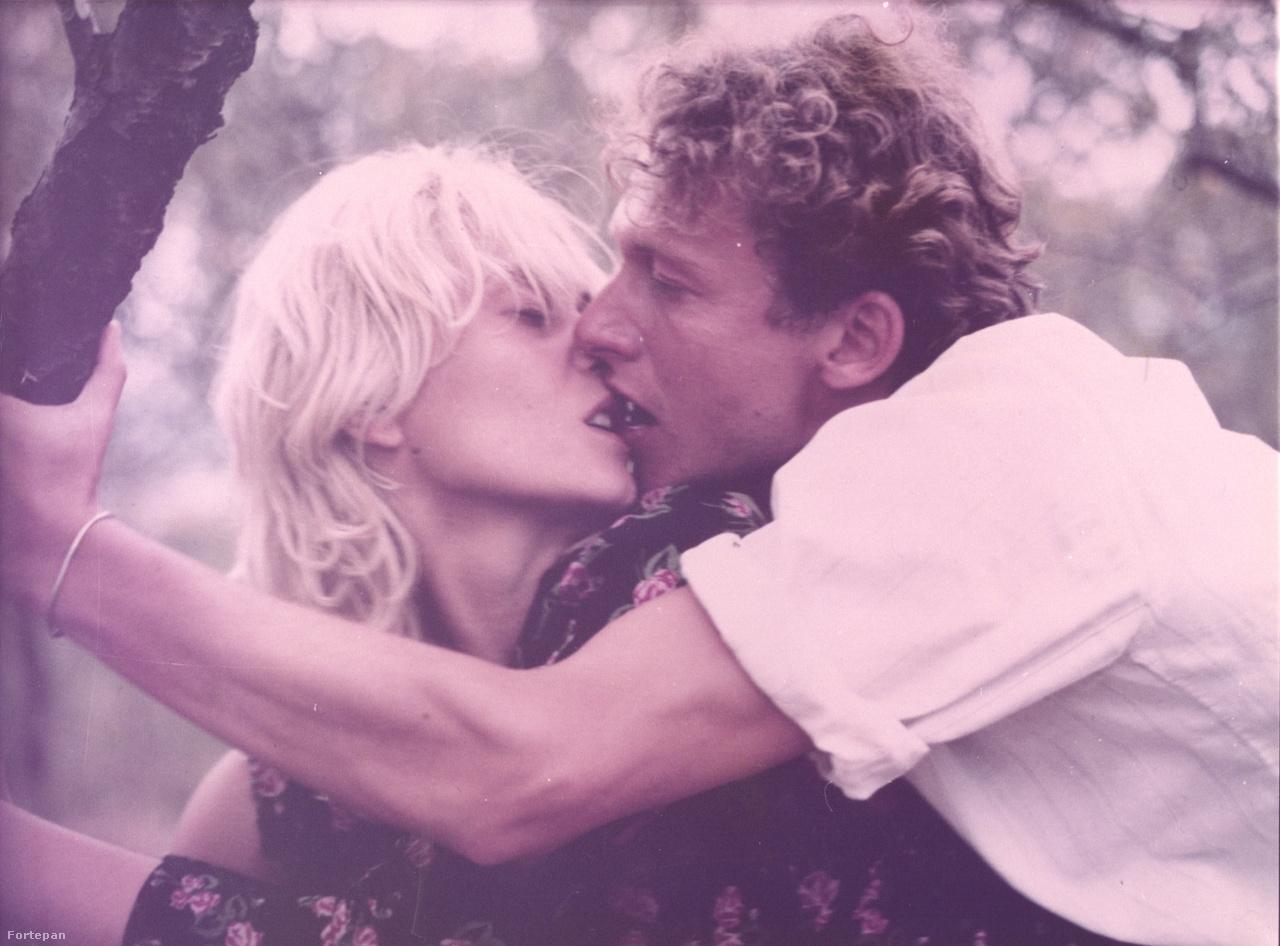 A film közepén Mari és Laci nyaralni mennek a tengerhez, autóznak, vitorláznak, és végre a szex is összejön. Ezeket a részeket Bulgáriában forgatták, ahol a helyszínelés közben a stáb látott egy izgalmi állapotban lévő szamarat, ami teljesen lenyűgözte a rendezőt. Xantusnak különösen fontos volt, hogy a szamár is bekerüljön a filmbe: ott használják a róla készült jelenetet, amikor a szerelmesek helyszínt keresnek az együttléthez.