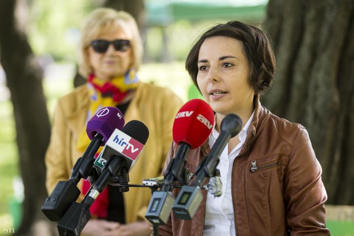 Jancsó Andrea országos elnökségi tag az LMP IX. kerületi önkormányzati képviselõje (j) és Schmuck Erzsébet az LMP parlamenti frakcióvezetõ-helyettese a Lehet Más a Politika (LMP) sajtótájékoztatóján a Városligetben 2017. május 1-jén.