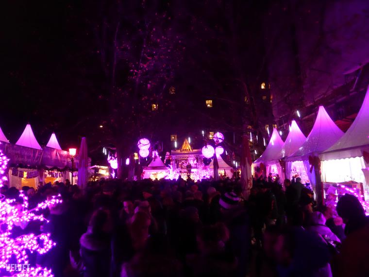 A rendezvény a nyári pride-felvonulásokra nagyban emlékeztet, de persze közben tipikus karácsonyi vásár