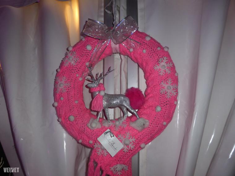 Ezzel a szintén nemtúljól sikerült képünk az utolsó a Pink Christmasről, de akinek felkeltettük az érdeklődését, az böngésszen tovább az Instagramon itt, hátha talál jobb fotót! Akik viszont jobban szeretik a hagyományos karácsonyi giccset, azoknak ezt az összeállítást ajánljuk, mert mi a zöld-piros típusú karácsonyi giccsel már november közepén eltöltekeztünk.
