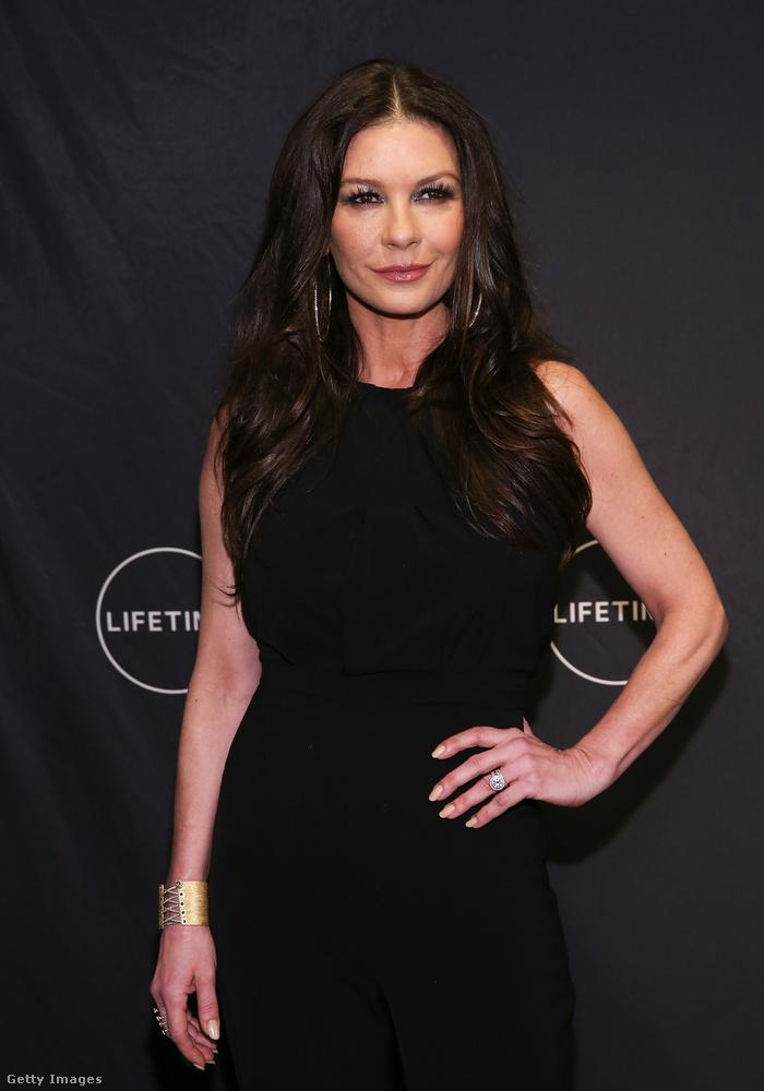 Mindkét fotón Catherine Zeta-Jonest láthatták.