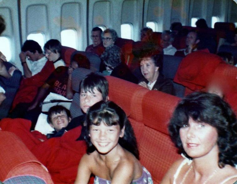 Ezen a fotón először utazik az Egyesült Államokba, többek közt édesanyja társaságában