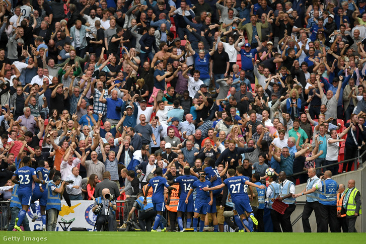 A Chelsea játékosai együtt örülnek a szurkolókkal, miután megszerezték második góljukat a Tottenham Hotspur ellen a Wembley Stadionban, 2017. augusztus 20-án Londonban.