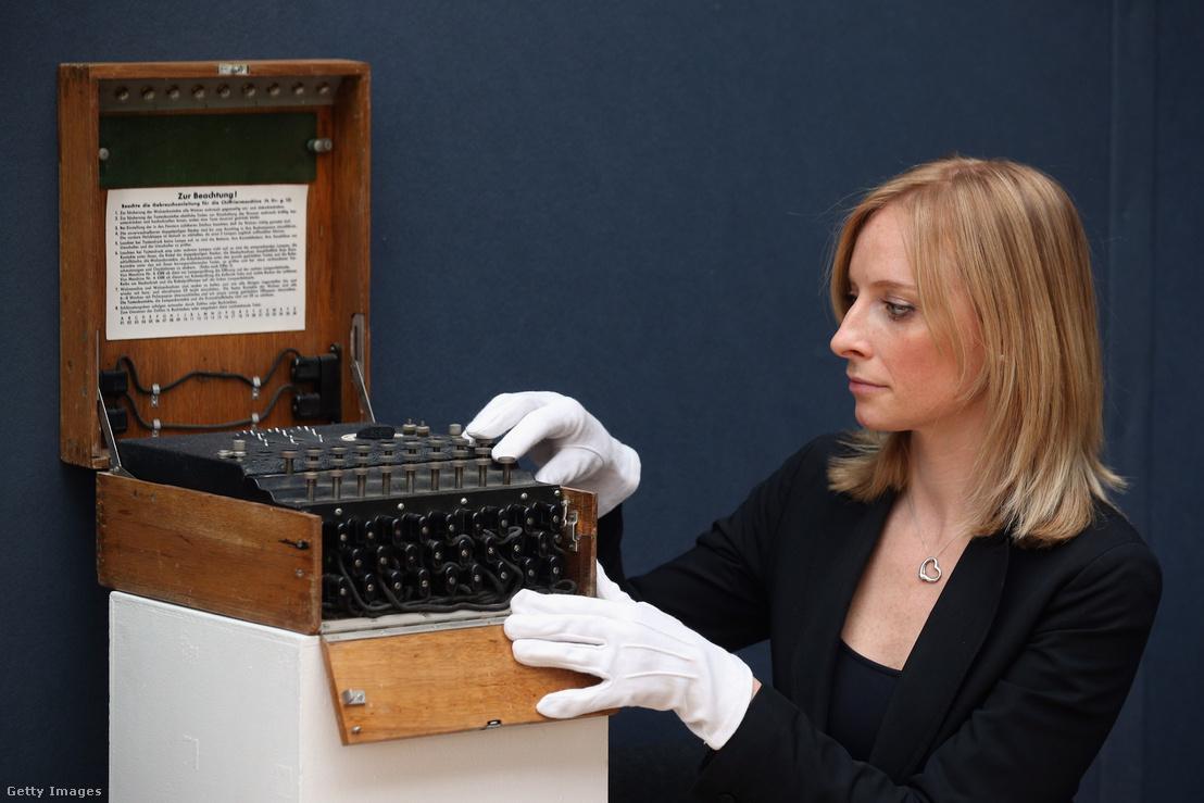 Enigma dekódoló gép egy londoni árverésen 2013-ban