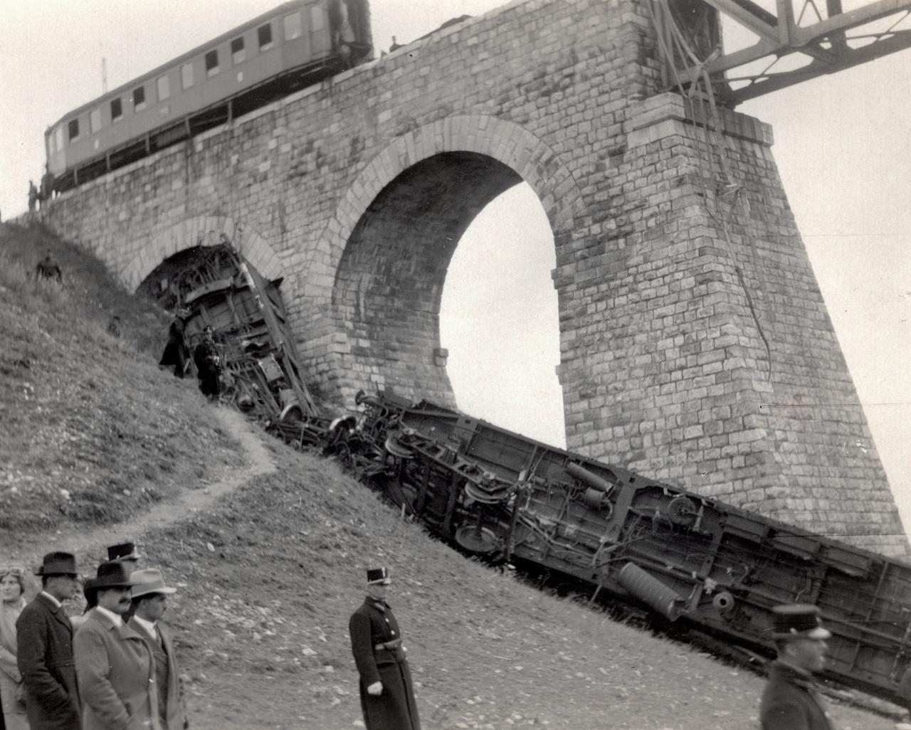A bécsi gyors fél 12-kor indult el Budapestről, a Keleti pályaudvarról, és a feljegyzések szerint viszonylag kevesen, 105-en utaztak rajta a személyzeten kívül. Hajnal negyed egykor ért a vonat a vidaukthoz, ahol egy hatalmas robbanás után a mozdony kisiklott, majd hat kocsit magával húzva a mélybe zuhant. A vonat hátsó részében utazók elmondása szerint hatalmas robbanást hallottak, majd hallották, ahogy az első kocsik a mélybe zuhanva leérkeznek. Többen több robbanásról beszéltek, ez amiatt is lehetett, hogy a kisiklató detonáció következtében mélybe zuhanó mozdony kazánja is felrobbant. Éjszaka volt, vaksötét, csak a zuhanást túlélő sérültek kiabálását lehetett hallani. Többen leereszkedtek a roncsokhoz, de nem igazán tudtak segíteni eleinte a sötétben.