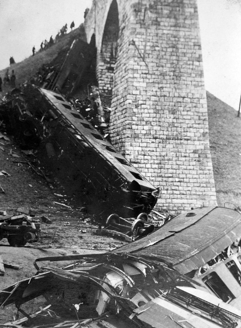 """""""A biatorbágyi vasúti katasztrófa alkalmával még az éjszaka folyamán a helyszínen személyesen tapasztaltam, hogy a tek. Mentőegyesület orvosai és segédszemélyzete mily lelkes buzgalommal, odaadással és önfeláldozással végezte az áldozatok: a megsérült vasuti alkalmazottak és utasok közül az első segélynyujtás súlyos teendőit. Az elvetemült, gaz merénylet által megsérült embertársaink szenvedését enyhítő, nemes emberbaráti kötelesség lelkes teljesítését úgy a magam, mint az államvasutak igazgatósága és személyzete nevében is a legmelegebb köszönetemet fejezem ki és arra kérem a tekintetes Igazgatóságot, hogy ezt a baleset színhelyén kivezényelve volt mentőszemélyzetnek is tudomására adni sziveskedjék"""" - írta Magyar Királyi Államvasutak elnöke '31 szeptemberében."""