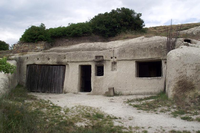 A pocem barlanglakásai a falu délkeleti részén, a hegyoldalban találhatóak. Amikor még a környék java lakott volt, a szegények negyedeként működött.