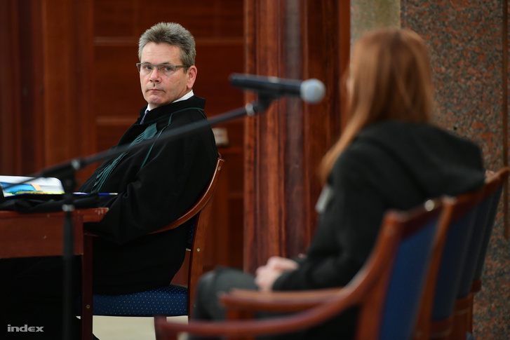 A vádlott ügyvédje hallgatja a sértett Renner Erikát.