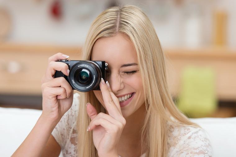 Minek kellenének kis kompakt gépek, ha manapság már a telefonok is művészi képeket csinálnak?  A cikk megemlíti az analóg órákat is, de egyelőre azért a trendek szerint a világ legdrágább fényképezőgépei nem tudnak telefonálni, ahogyan a legdrágább órák sem okosak