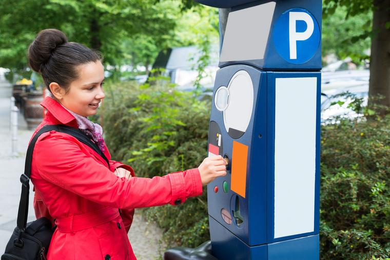 Az újság szerint a parkolóautomatáknak is annyi, hiszen a legtöbben már így is telefonos applikációk segítségével parkolnak, ahelyett, hogy egy maréknyi apróval keresnék a legközelebbi automatát