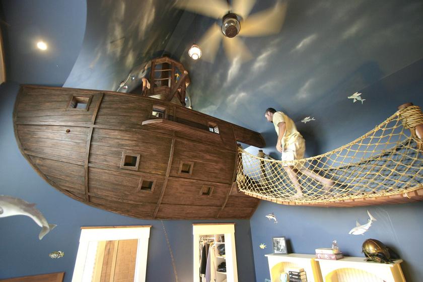 Csodálatosan megtervezett, klasszikus kalózbárka repíti a gyerekeket a Karib-tenger kalózainak világába. A függőhíd mozgásra ösztönöz, a falfestés a tengert idézi.