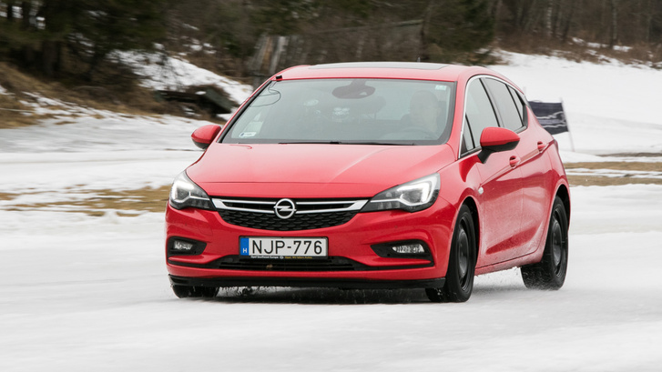 A jó gumival jeges körülmények között is látszik, hogy nagyot lassul az autó