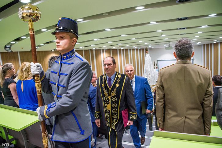 Patyi András rektor (középen b) és Trócsányi László igazságügyi miniszter (középen j) távozik a Nemzeti Közszolgálati Egyetem tanévnyitó ünnepségéről az egyetem új oktatási épületében 2017. szeptember 6-án.