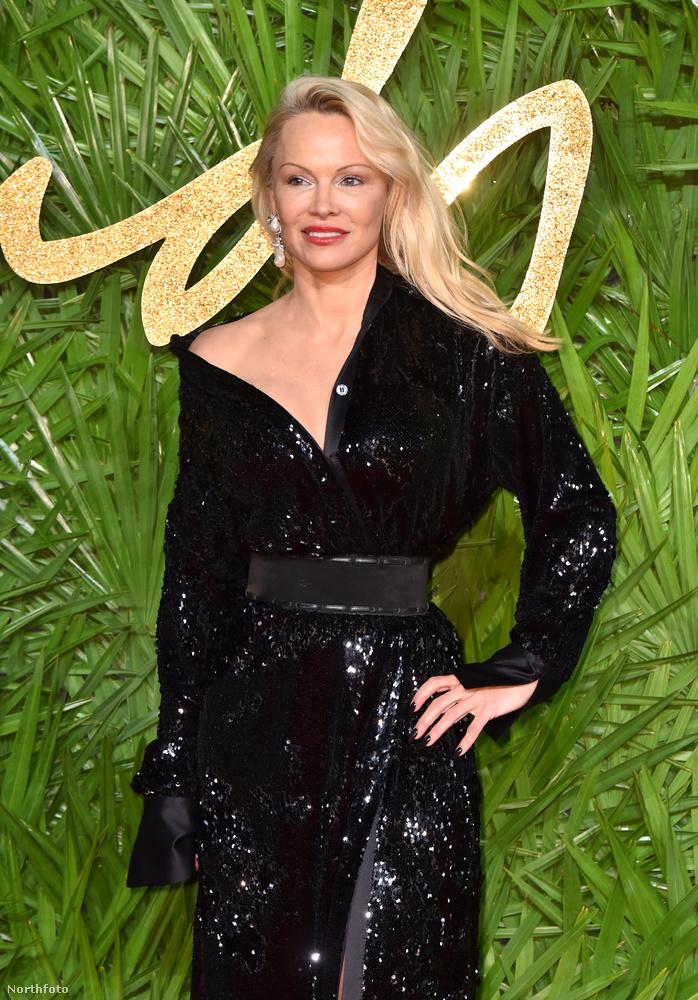 Így nézett ki Pamela Anderson maszk nélkül egy nappal korábban, azaz december negyedikén, szintén Londonban, csak egy másik eseményen és maszk nélkül