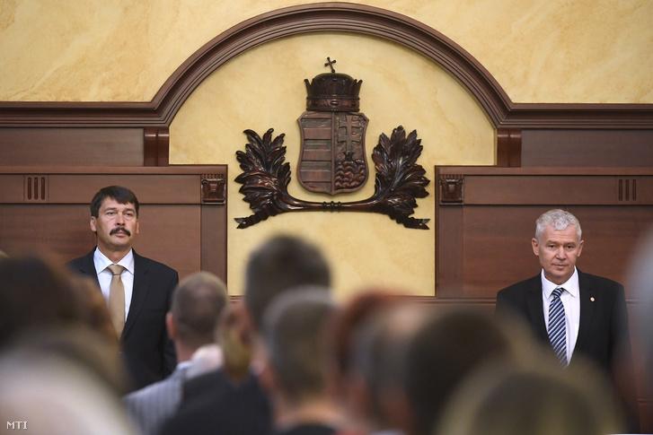 Áder János köztársasági elnök (b) és Polt Péter legfőbb ügyész az ügyészség napja alkalmából rendezett ünnepségen az Igazságügyi Palota dísztermében 2017. június 9-én.