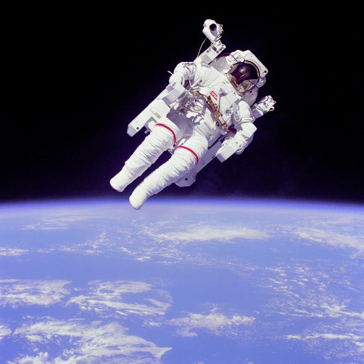 """1984-ben Bruce McCandless, a NASA űrhajósa mindenféle köteles biztosítás nélkül mozgott az űrben, az MMU manőverezésre képes """"űrfotel"""" segítségével. A technológia nem nyert teret az űrhajózásban."""