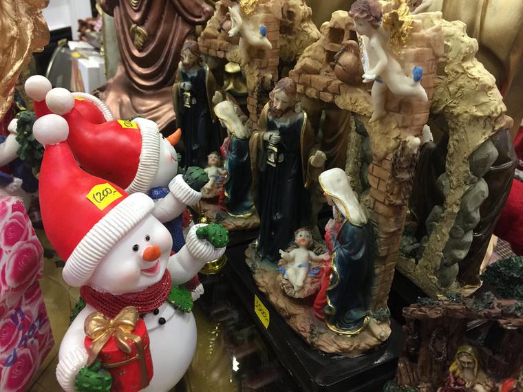 József meglepődik, hogy a három királyok helyett egy gigantikus hóember üdvözli őt a jászol előtt