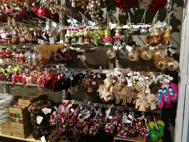 A megfelelő karácsonyi dekoráció kiválasztása, a hivatalos néven csak biszbaszként ismeretes kis apróságok felhalmozása kötelező adventi program sokaknál, amire a boltok persze nagyon készülnek.
