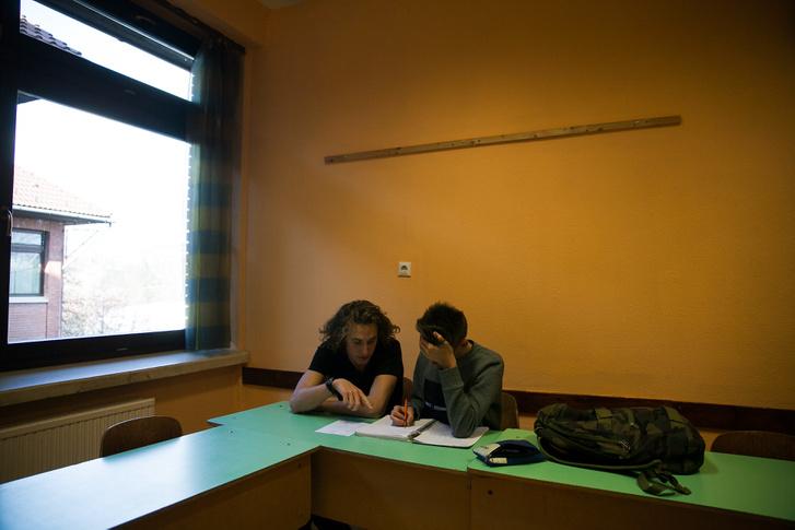 Áron és Attila mutatják be egymás korrepetálását a budapesti Városmajori Gimnázium egyik tantermében