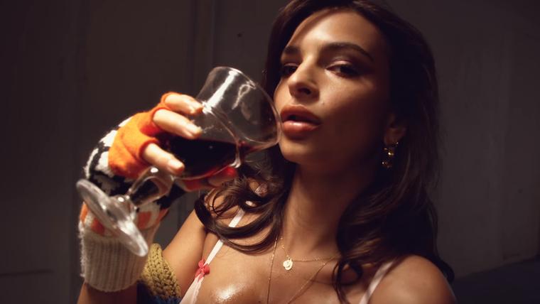 Jó, persze, ha vörösborral is leönti, és nincs a közelben mosószer, folttisztító és hideg víz, akkor annak a szexi fehérneműnek már úgyis mindegy.