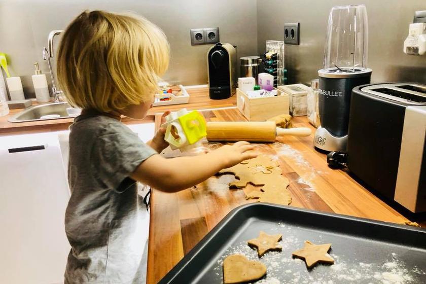 Sebestyén Balázs kisebbik fia, a hároméves Noel mézeskaláccsal várta a Mikulást.