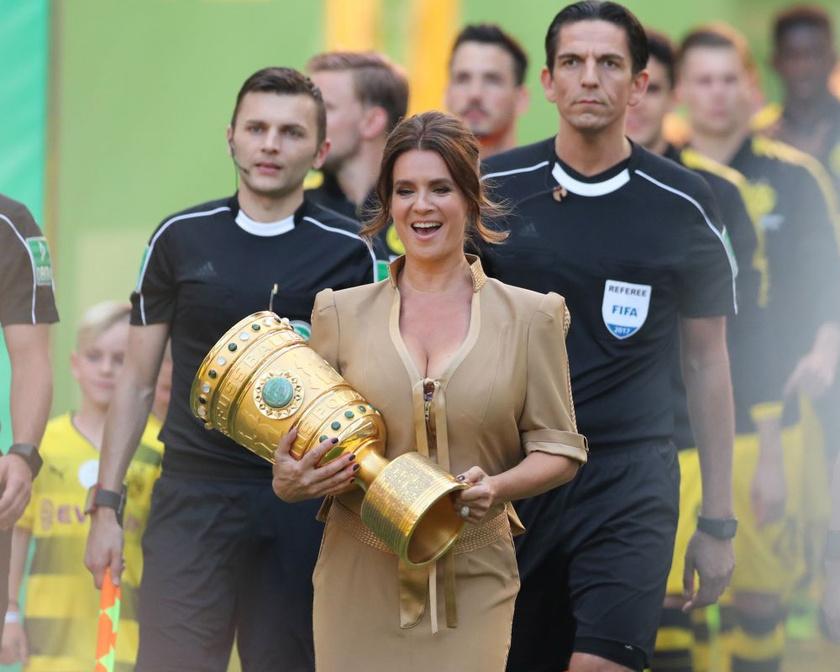 A német futball-világbajnokság döntőjére ilyen szexi ruhát húzott.