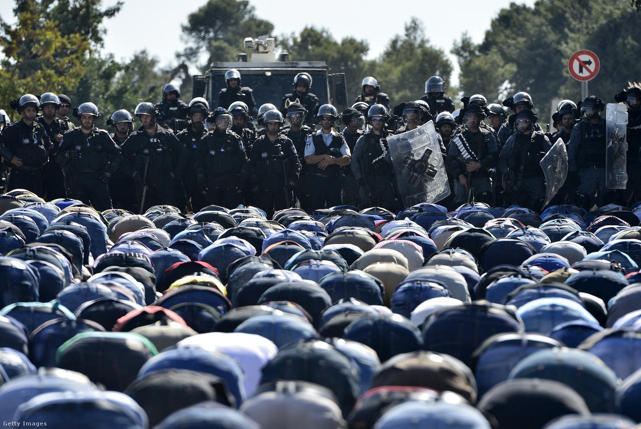 Izraeli biztonsági erők és palesztinok egymással szemben a Templomhegynél.
