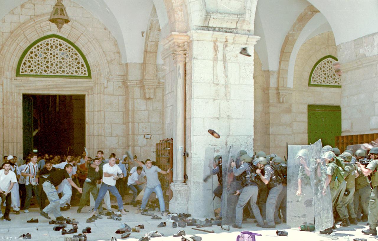 A választási kampányra készülve az ellenzéki Likudot vezető Ariel Sárón ellátogatott a Templomhegyen lévő Szikla mecsethez, és közölte, hogy a terület – ahonnan a hagyomány szerint Mohamed a halála után az égbe szállt – izraeli felügyelet alatt marad. Az iszlamista erők nagyobb szerepét, és számos öngyilkos merényletet és fegyveres támadást hozó második intifáda öt éve alatt háromezer palesztin és ezer izraeli halt meg.