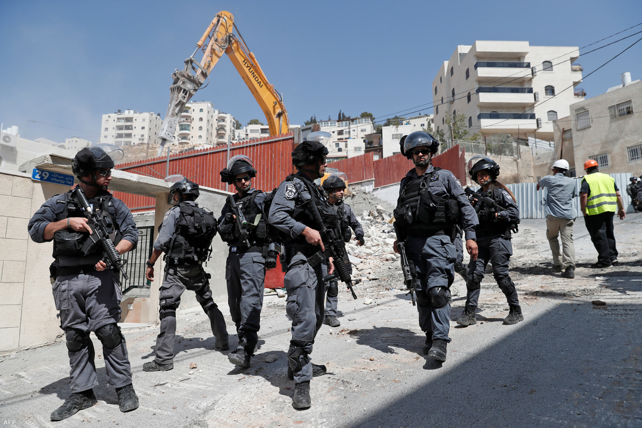 Rengeteg súrlódás van a város keleti felében, ahova 1967 óta nagyjából 200 ezer zsidó települt be. Ezt nemzetközi törvények alapján illegálisnak tartják, Izrael viszont ezt mindig is vitatta. A nemzetközi álláspont régóta az, hogy Jeruzsálem helyzetében bármilyen változás csak egy végleges megoldást nyújtó békeegyezmény keretében lehetséges.