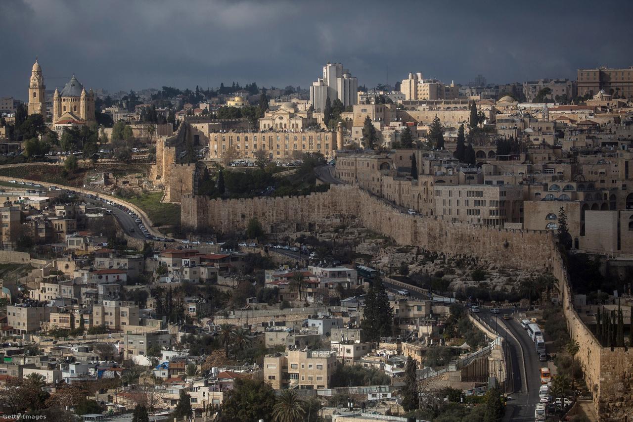 A három monoteista világvallás szemében betöltött szimbolikus fontossága miatt Jeruzsálem mindig is az izraeli-palesztin-konfliktus középpontjában állt, és a végső sorsa a béketárgyalások egyik legérzékenyebb pontjának számított. A feszültségek is részben ide összpontosultak, az elmúlt évtizedekben már sokszor szabadultak el az indulatok.