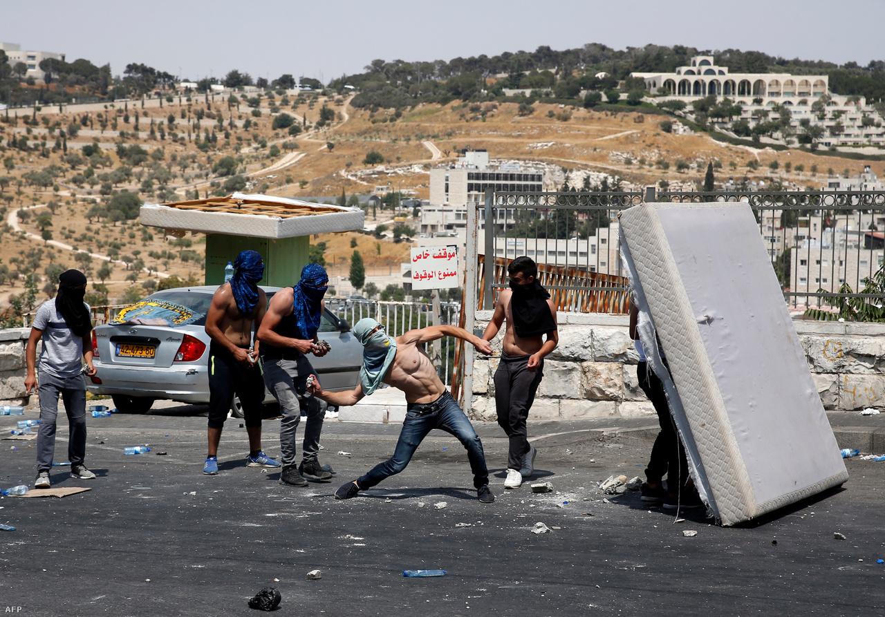 A kapuk leszereléséről azután döntött az izraeli biztonsági kabinet, hogy az Izrael ammáni nagykövetségén egy izraeli biztonsági őr agyonlőtt két jordán férfit, és a jordán király a kapuk leszerelését szabta feltételül a követség teljes személyzetének hazamenekítéséhez.