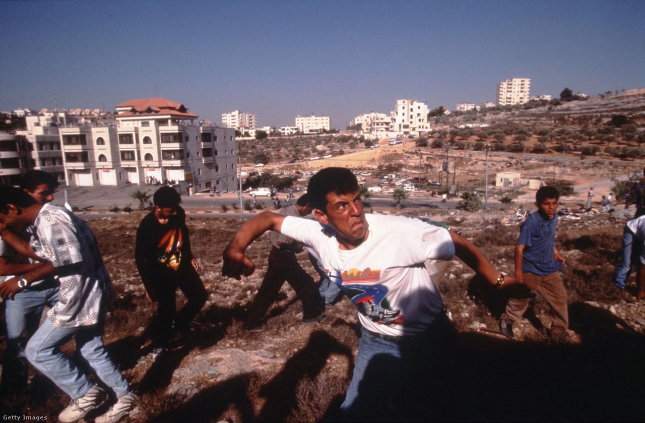 Véglegesen csak az oslói békeegyezmények vetettek neki véget az első intifádának 1993-ban. Ebben döntöttek többek között a Palesztin Hatóság felállításáról, viszont számos fontos kérdés, köztük Jeruzsálem helyzete továbbra is tisztázatlan maradt. Úgy rendelkeztek, hogy Jeruzsálem helyzetét majd a béketárgyalások következő szakaszában próbálják rendezni, de ebben azóta sem sikerült előrelépni.