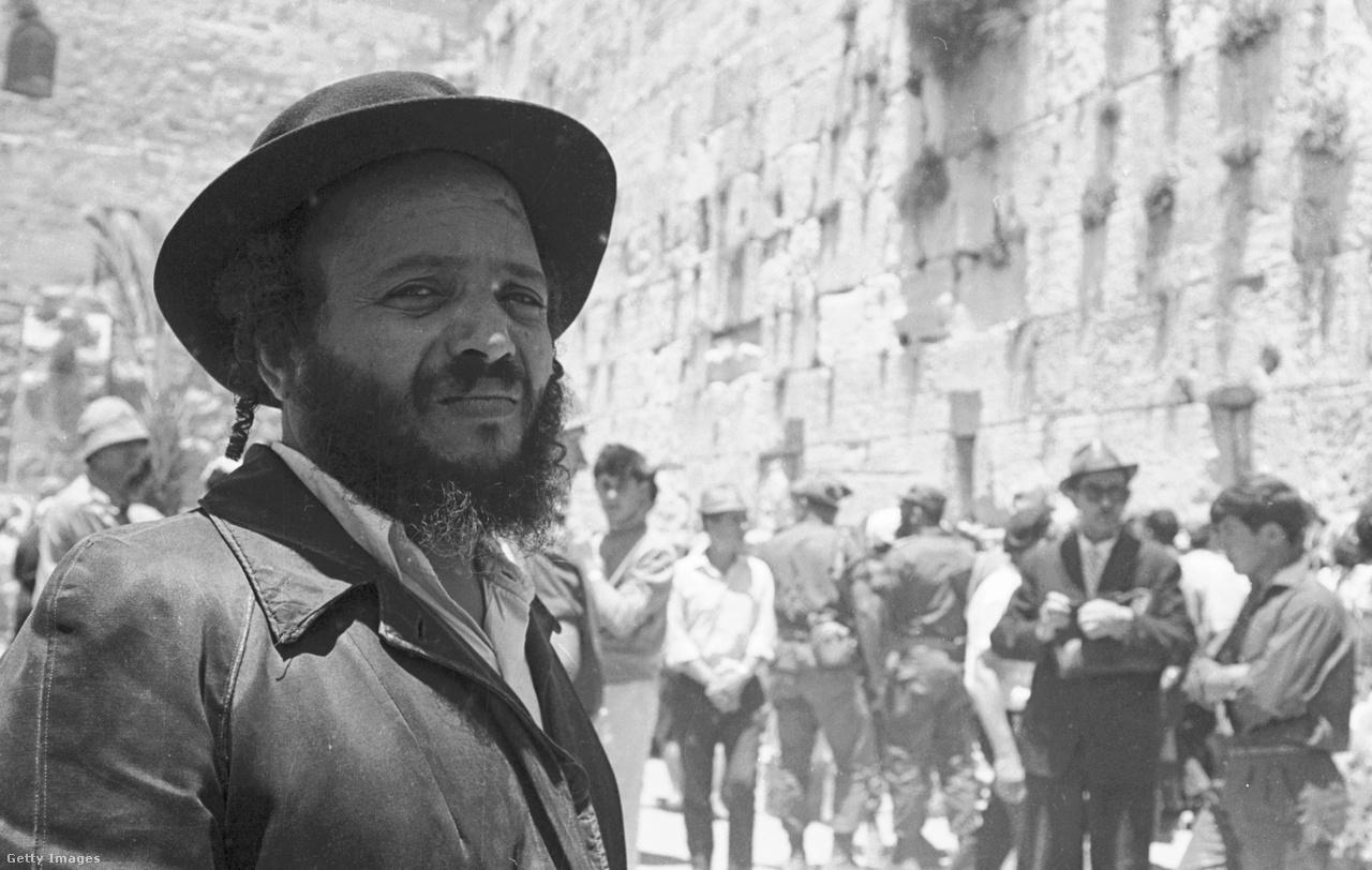 Már egy 1950-ben elfogadott törvény alapján Jeruzsálemet mondták ki Izrael fővárosának. Azonban a New York Times szerint Izrael kezdetben a külföldi nyomás hatására a tengerparti területeket, Haifát, Tel-Avivot és Askelont fejlesztette, de már az első két évtizedben is számos kormányzati intézményt költöztettek a város nyugati felébe. Viszont a legtöbb külföldi kormány az ENSZ határozatával összhangban Tel-Avivban nyitott nagykövetséget.