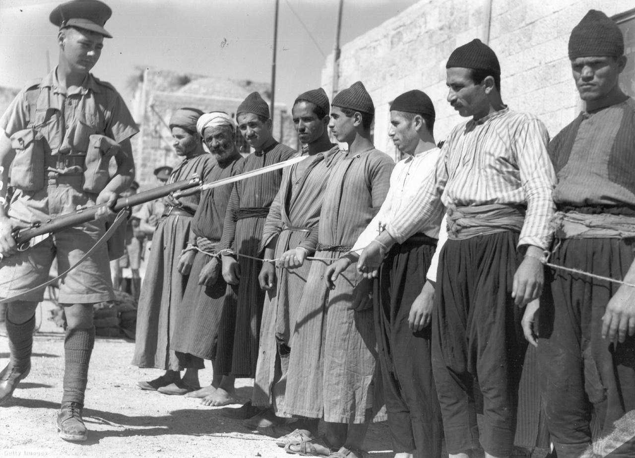 A történelem során sokszor elfoglalt Jeruzsálem körüli konfliktusok több ezer évre nyúlnak vissza, de a modernkori szakasz azután kezdődött, hogy 1917 decemberében, vagyis pont 100 éve elfoglalta az ottomán birodalomtól Edmund Allenby brit tábornok. A britek már egyfajta fővárosként tekintettek Jeruzsálemre. A következő évtizedekben a zsidók több hullámban érkeztek a brit fennhatóság alatt álló Palesztina területére.