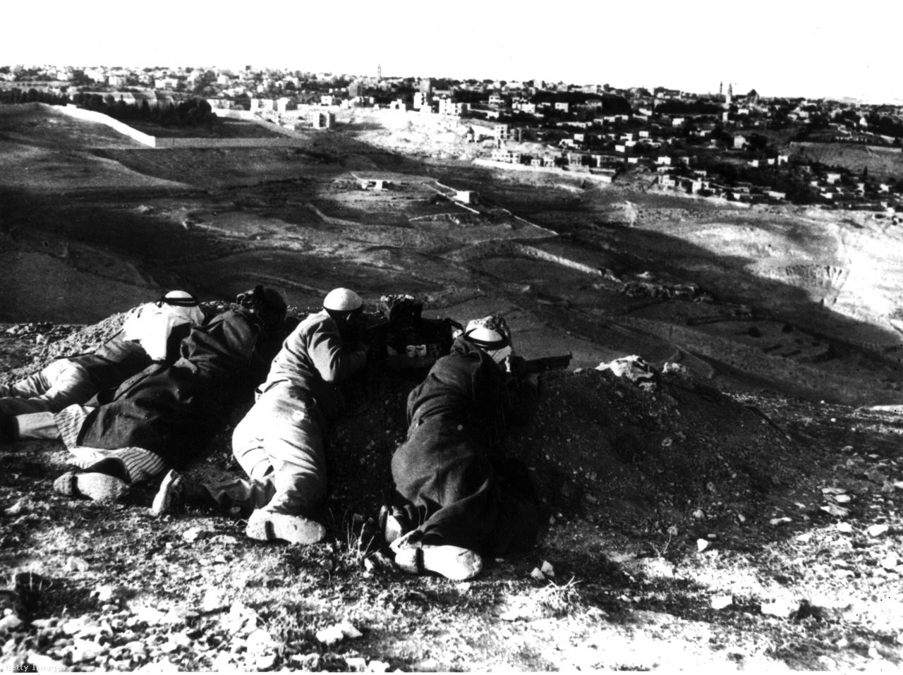 1947 novemberében az ENSZ Közgyűlése olyan határozatról döntött, amely egy arab és egy izraeli államot hozott volna létre, míg Jeruzsálem ENSZ-felügyelet alatt, különleges státuszát figyelembe véve ezeken kívül létezett volna. Ez a terv ugyanakkor ebben a formában soha nem valósult meg.                          Dávid Ben-Gúrión későbbi miniszterelnök 1948. május 14-én kiáltotta ki a független Izrael államot. Izrael kikiáltásának másnapján Libanon, Szíria, Jordánia, Egyiptom és Irak hadseregei átlépték a határt, és kitört az első arab-izraeli háború.