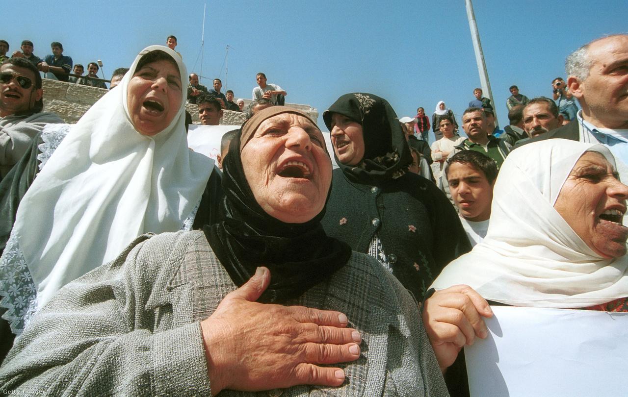 Sárón ötéves miniszterelnöksége alatt Izrael kivonult a Gázai övezetből, de falat húzott Ciszjordánia köré. A palesztinok szerint egyre több zsidó telepes érkezett Kelet-Jeruzsálembe is.