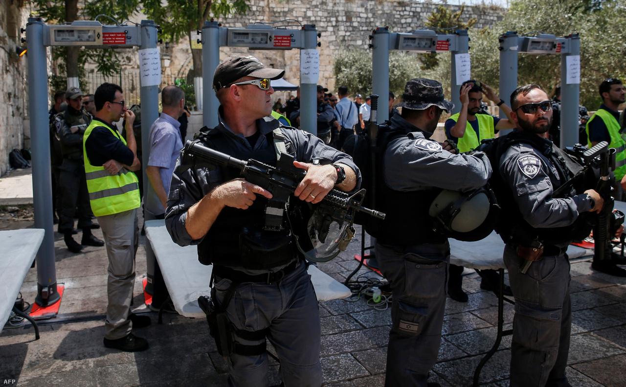 Legutóbb 2017 júliusában szabadultak el az indulatok Jeruzsálemben. Július 14-én a Mecsetek tere felől érkező arab fegyveresek agyonlőttek két izraeli rendőrt, amire válaszul fémdetektoros beléptetést és kordonokat állítottak fel az al-Aksza mecsetnél. Több ezres tüntetések robbantak ki, amelyeknek négy palesztin áldozatuk is volt.