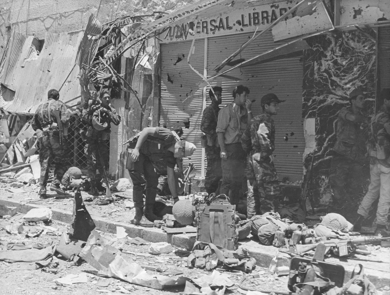 Izrael az 1967-es hatnapos háború eredményeként jelentős területeket csatolt magához, és az állam 1948-as alapítása óta először egyesítették Jeruzsálemet. A Gázai övezetet is megszerezte a Sínai-félszigettel együtt. Ez utóbbiról az Egyiptommal kötött béke után kivonult, az övezetet viszont megszállva tartotta.