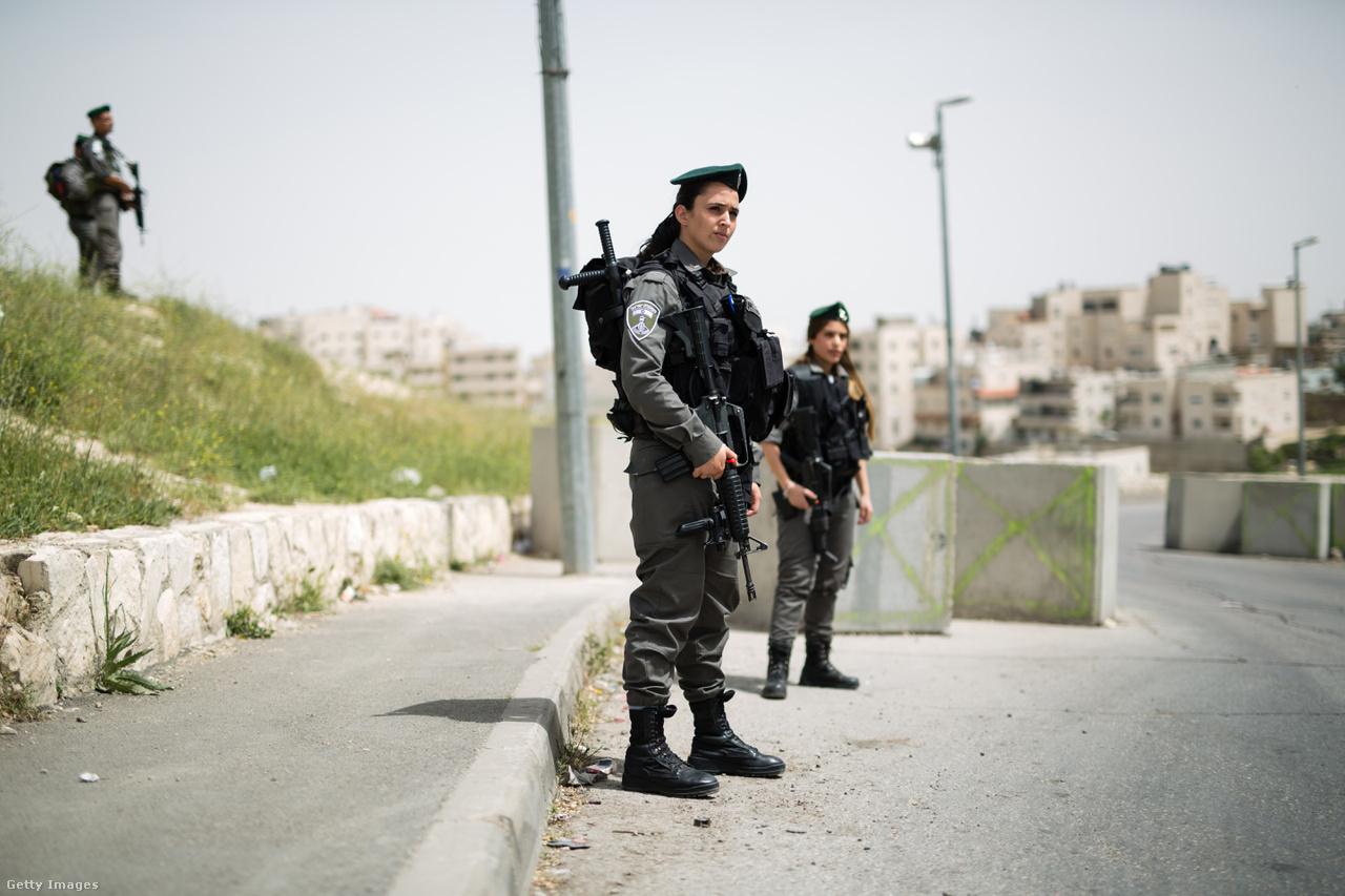 Az izraeliek szigorították az ellenőrzést, majd két, palesztinok által elkövetett halálos merénylet után több napra meg is tiltották, hogy ciszjordániai palesztinok Jeruzsálem óvárosába mehessenek. A palesztin merényletekkel párhuzamosan azonban egyre erősödött a szélsőséges zsidó csoportok jelenléte is, amik palesztin civilekkel szemben követtek el támadásokat.