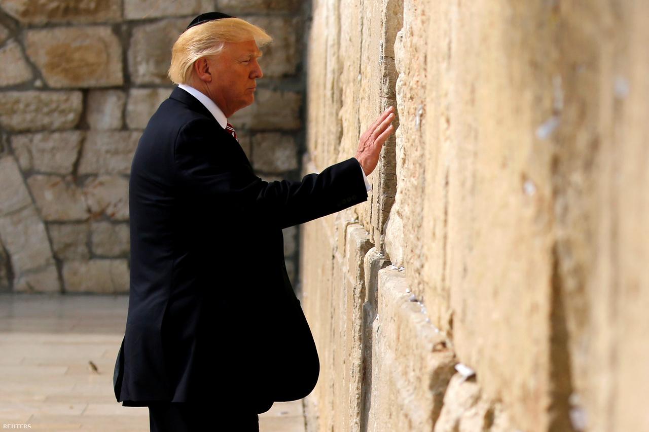 Az amerikai kongresszus viszont már 1995-ben úgy döntött, hogy Jeruzsálemet ismerik el Izrael fővárosaként, és oda kell átköltöztetni az amerikai nagykövetséget is. Ezt nemzetbiztonsági érdekekre hivatkozva az egymást követő elnökök mindig felfüggesztették, így az Egyesült Államok semlegesként jelenhetett meg a közel-keleti béketárgyalásokon.                         Donald Trump azonban már az elnökválasztási kampányában pedzegette, hogy elismerné Jeruzsálemet fővárosként, szerdán pedig bejelentette, hogy átköltöztetik oda a nagykövetséget is. Mivel azonban ez még évekbe telik, valójában Trump is aláírta egyelőre az 1995-ös döntés felfüggesztését.