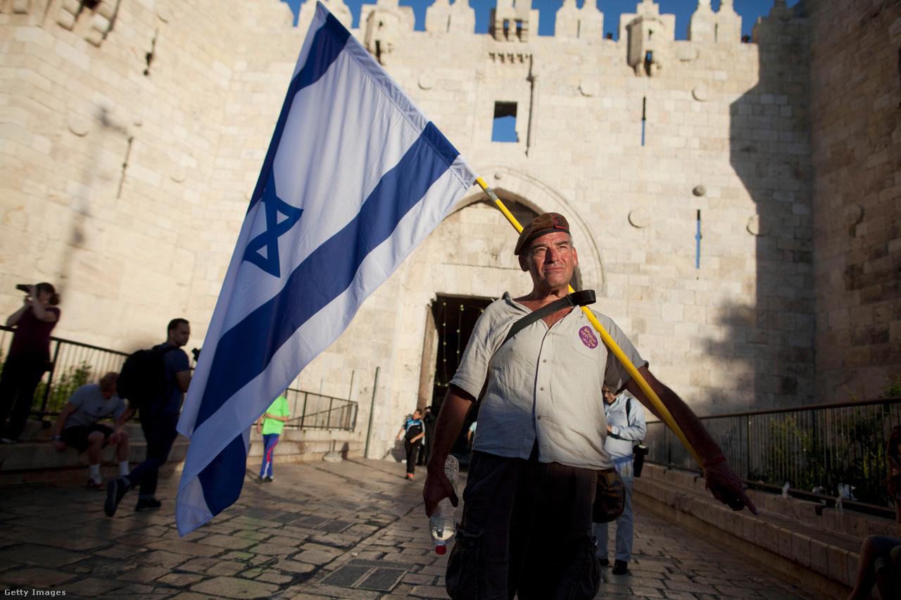 Egy férfi azt ünnepli 2017. május 17-én, hogy Izrael a hatnapos háborúban elfoglalta Kelet-Jeruzsálemet.