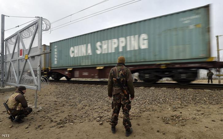 Egy Szerbia felől érkező tehervonatot ellenőriznek katonák az ideiglenes határzár vasúti kapujában Kelebiánál 2016. december 9-én.
