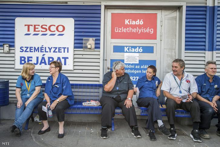 Sztrájkol a Fogarasi úti Tesco áruház dolgozóinak egy része a Zuglói hipermarket személyzeti bejáratnál 2017. szeptember 8-án.