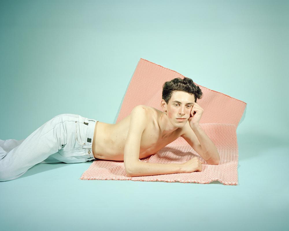 A svájci Alexandre Haefelit a meztelen férfitest érdekelte, mert szerinte a fedetlen női test elfogadott a művészetben, addig a másik nemet meztelenül látni és láttatni már problémásabb. (Férfitársaság | The Company of Men, 2015)