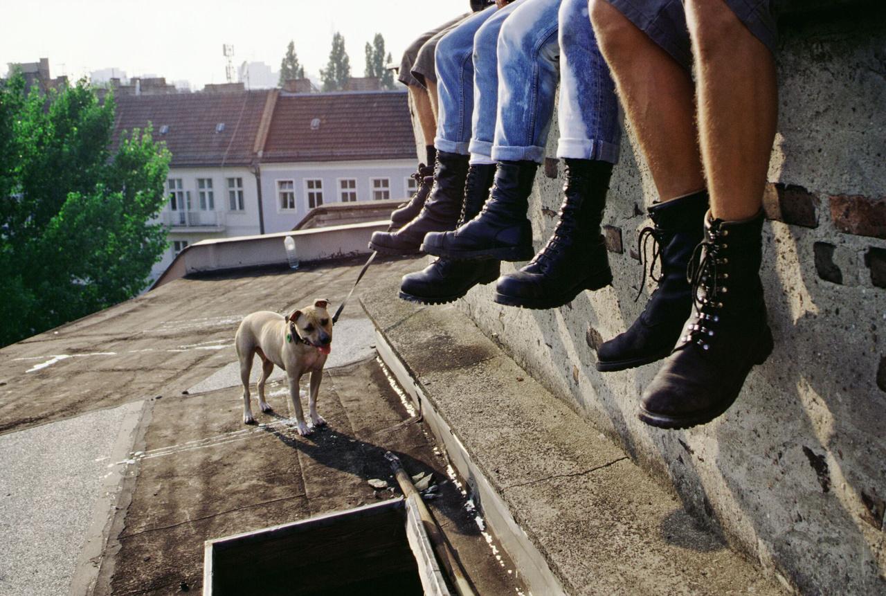 Az orosz Slava Mogutin 15 éven át kutatta, hogy mit is jelent macsónak lenni Oroszországban. (Skinhead bakancsok | Skins boots (Elveszett fiúk | Lost boys), 2000)