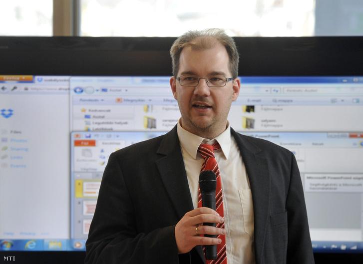 Polyák Gábor a Mérték Médiaelemző Műhely vezető elemzője megnyitja A közszolgálatiság újragondolása című nyilvános vitasorozatot Budapesten az Európai Unió Házában 2014. január 31-én.