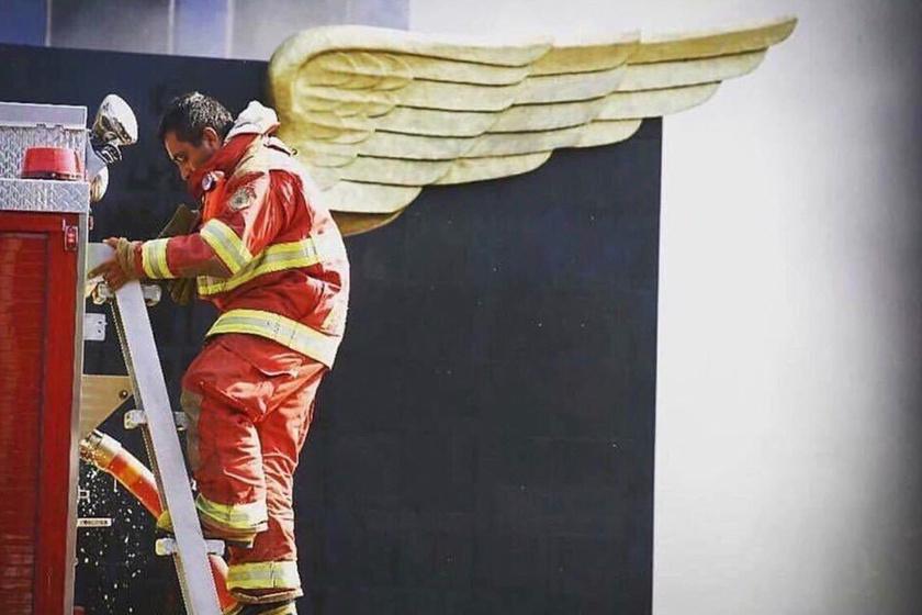 Egy, a mentésben részt vevő tűzoltó a mexikói földrengés után.