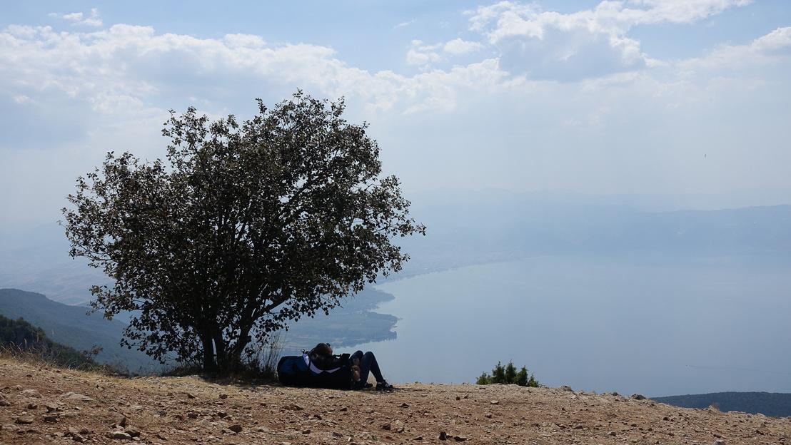 Siklóernyős csaj pihen az árnyékban, a tóra (aki ószövetséges poénokat küld, azt megkeresem) innen a legjobb a kilátás